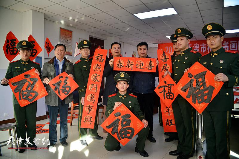 孙太利、崔希鹏为武警官兵送福字、送春联。