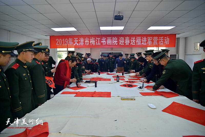 梅江书画院的书画家现场写福字、写春联。