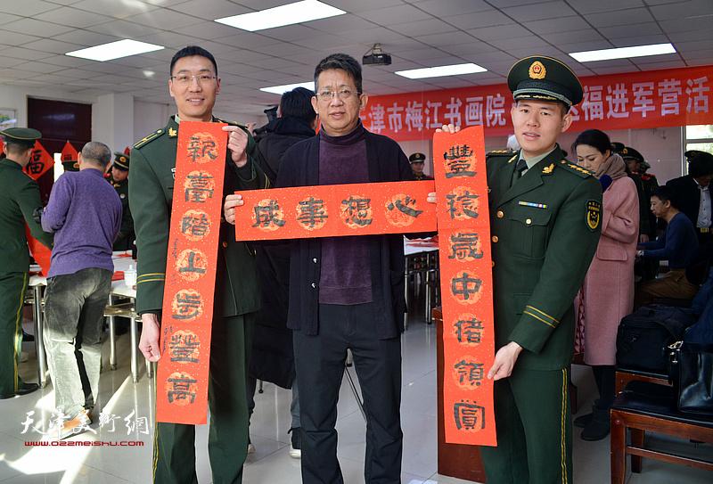 李毅峰现场写春联。