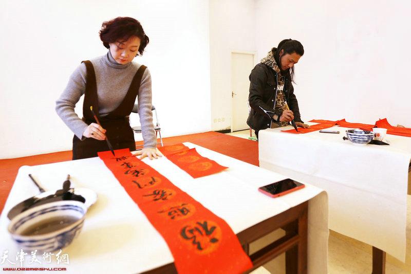 青年画家朱姗、姚铸在送书画现场