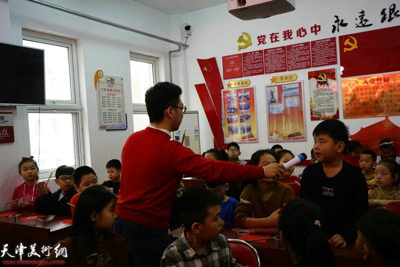青年书法家师勇强老师与孩子们互动