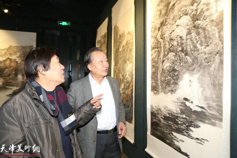 天津画院原院长王峰、著名山水画家刘家城观赏展出的作品