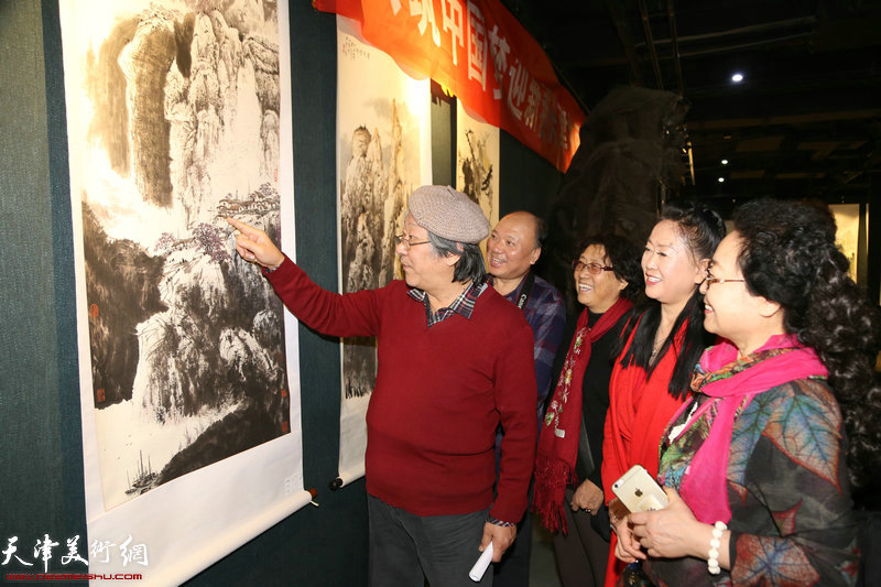 著名画家王山岭讲解展出的山水画作品
