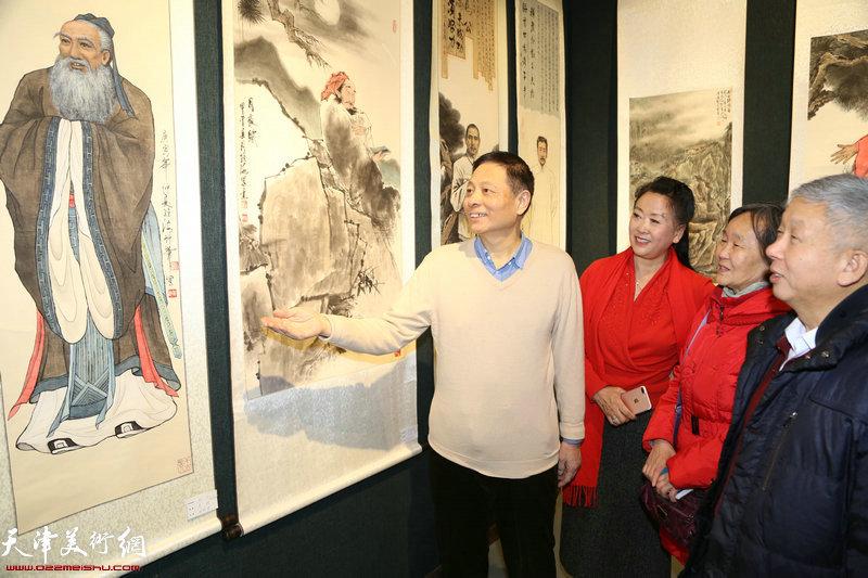 画家閻维海讲解自己创作的人物画作品