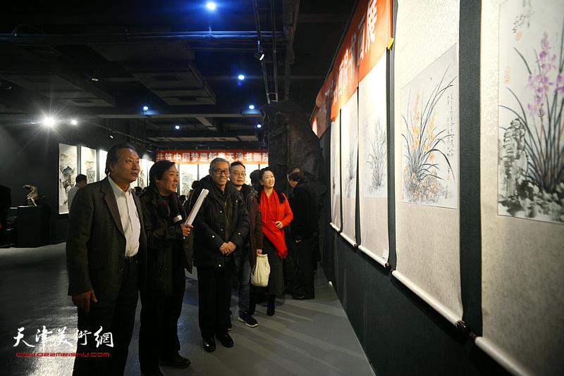 王峰、高振恒、刘家城观赏展出的作品。