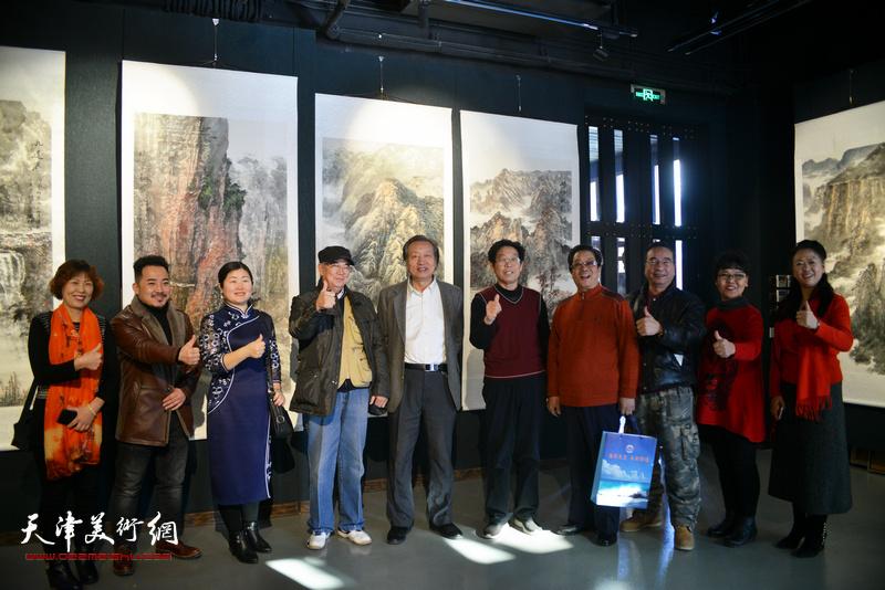 曲学真、张建国、刘家城、徐燕、方之等在画展现场。