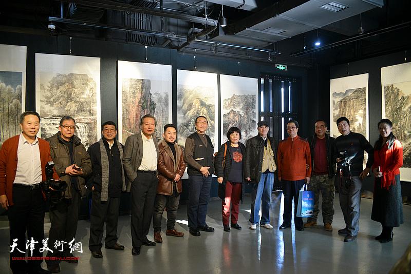 曲学真、张建国、刘家城、徐燕、刘有明、等在画展现场。