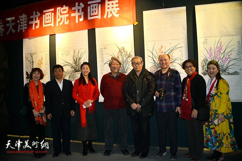 高振恒、王山岭、徐燕等在画展现场。