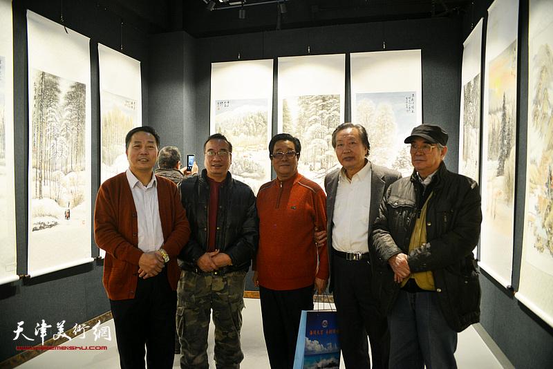 曲学真、刘家城、刘有明、岳荣祥在画展现场。