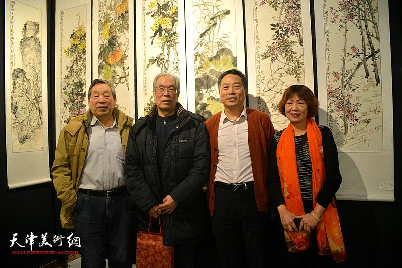 黄枕石、刘有明等在画展现场。