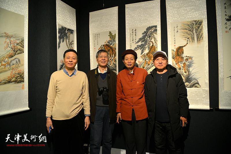 赵同相、阎维海等在画展现场。