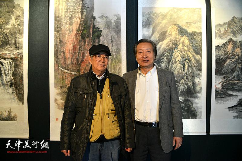 张建国、刘家城在画展现场。