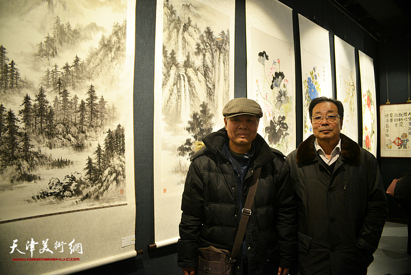 吴玉曾、孔广生在画展现场。