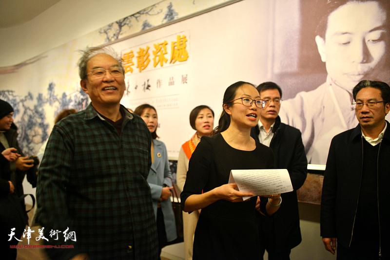 著名美术史论家、万博manbetx安卓版美术学院教授何延喆,讲座主持人万博manbetx安卓版美术馆办公室主任李颖在讲座现场。