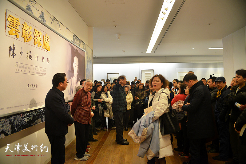 何延喆教授在万博manbetx安卓版美术馆展厅讲解国画大师陈少梅画艺。