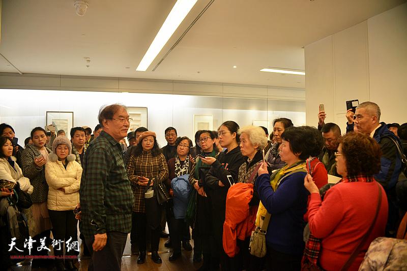 何延喆教授在讲座现场。