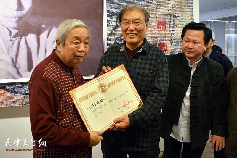 陈长智先生向何延喆教授颁发陈少梅艺术研究会学术委员会主任聘书。