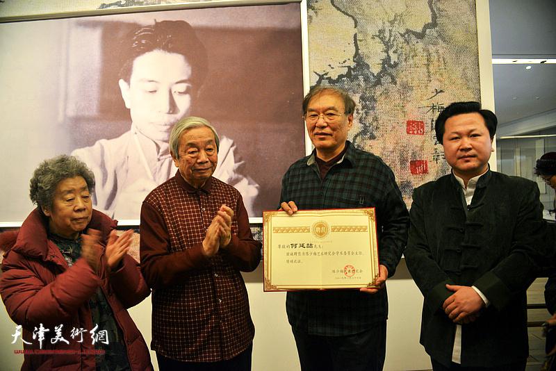 陈长智先生、陈长智夫人林庆萍、何延喆教授、陈少梅艺术研究会常务副会长赵景宇在颁发聘书现场。