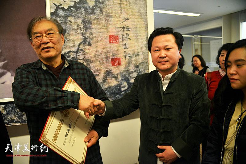 何延喆教授、陈少梅艺术研究会常务副会长赵景宇在颁发聘书现场。