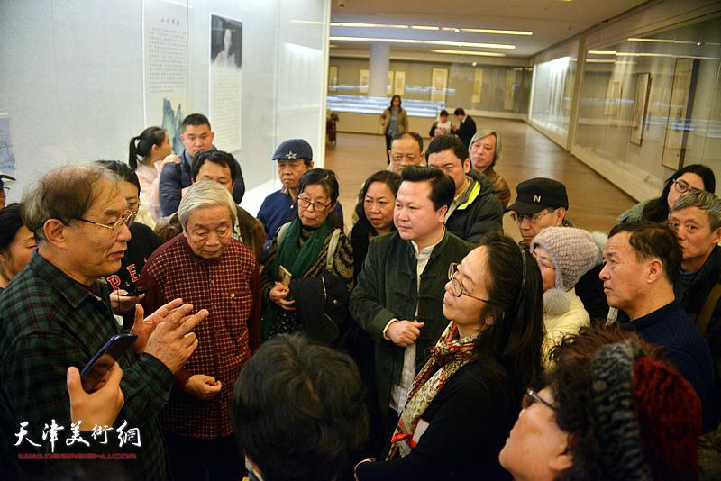 何延喆教授与陈长智、卢永琇、赵景宇交流。