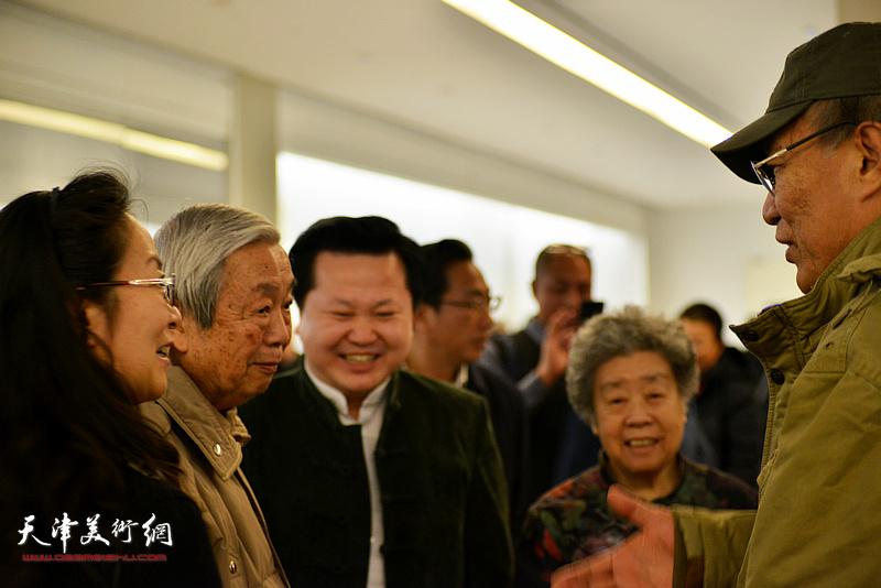 何延喆教授与陈长智、林庆萍、卢永琇、赵景宇在现场交流。