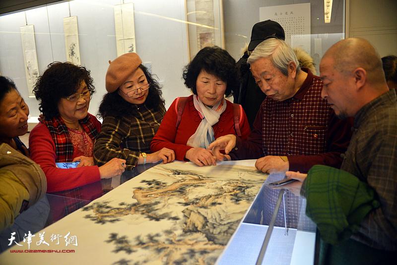 陈长智在《云彰深处——陈少梅作品展》现场为书画爱好者点评画作。