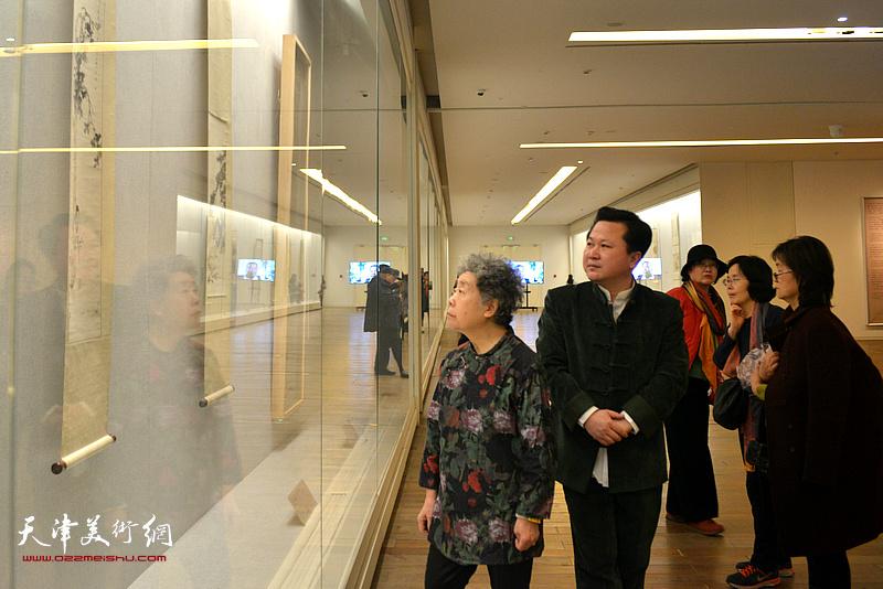 陈长智先生夫人、山水画家林庆萍与赵景宇观赏展出的陈少梅作品。