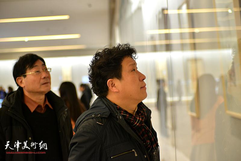 孙国胜、袁增万观赏展出的陈少梅作品。