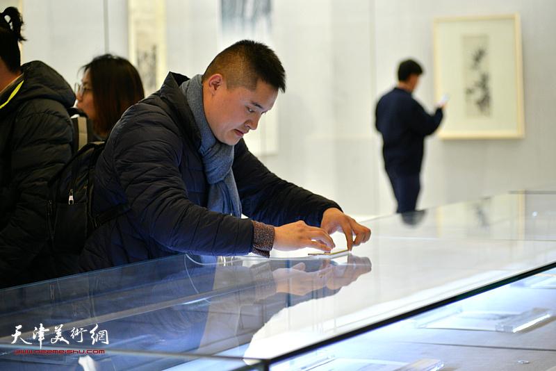 《云彰深处——陈少梅作品展》吸引了众多美术前来观看。