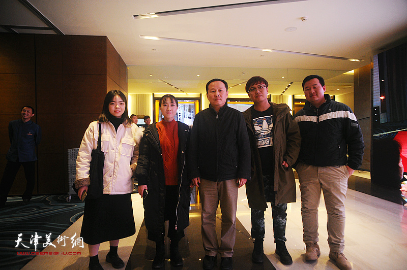 张立涛和艺术院校的学生们在迎春沙龙现场。