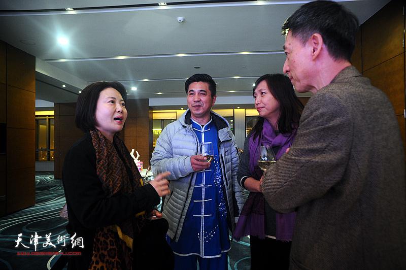 曹雪蓉、蔡芷羚、林锦彬在迎春沙龙现场交流。
