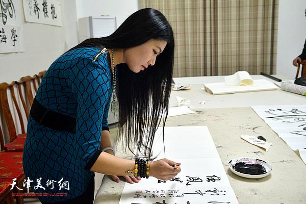 著名画家任凤茗做客天津美术网
