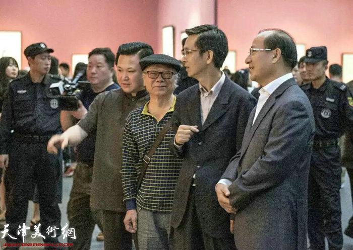 """""""含道映物""""画展上的赵景宇先生与何家英先生"""
