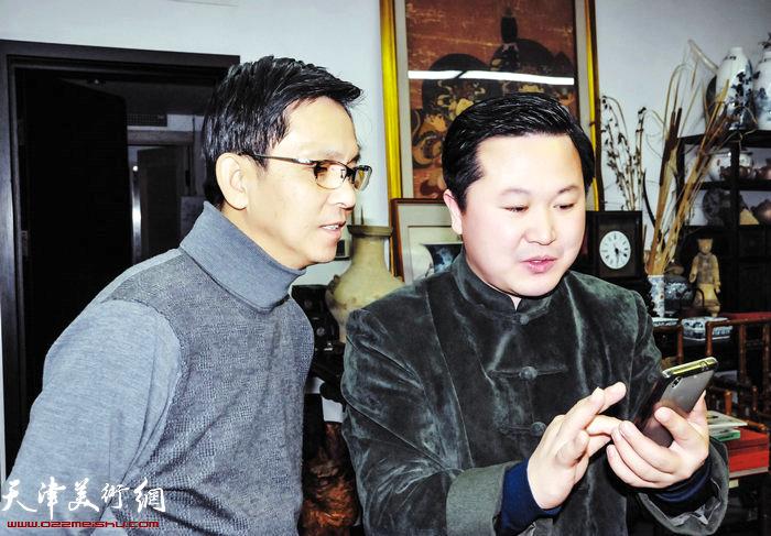 赵景宇先生与何家英先生在探讨、交流绘画艺术