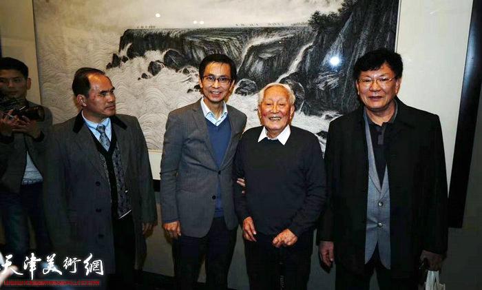"""""""山河颂""""画展上的何家英先生与陈金章先生"""