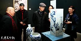 """何家英专程来津观看""""天之瓷—天瓷画院陶瓷艺术展"""""""