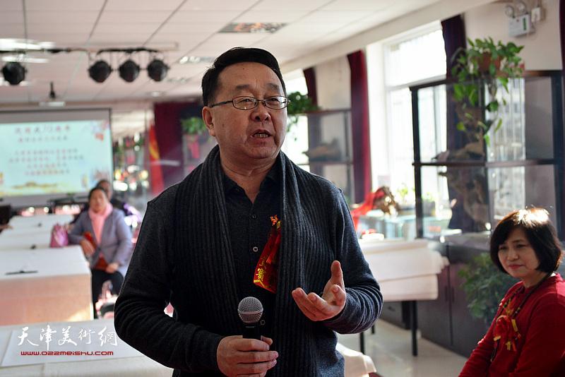 云志功在艺术交流研讨会上发言。