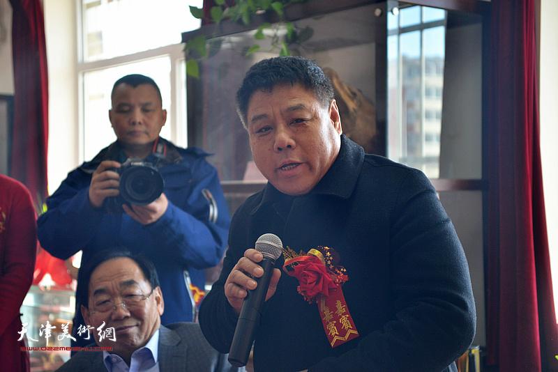杨瑞明在艺术交流研讨会上发言。
