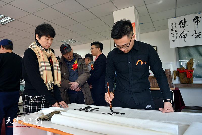 崔贺同、崔静霞在书画迎春活动现场。