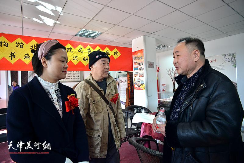 高军、王秀清、王序凡在艺术交流研讨会现场交流。