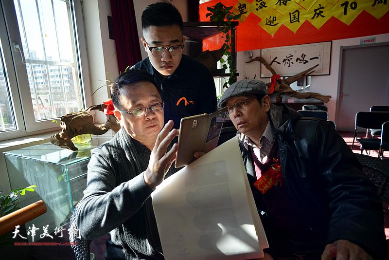 云志功、戴东涛、崔贺同在艺术交流研讨会现场交流。
