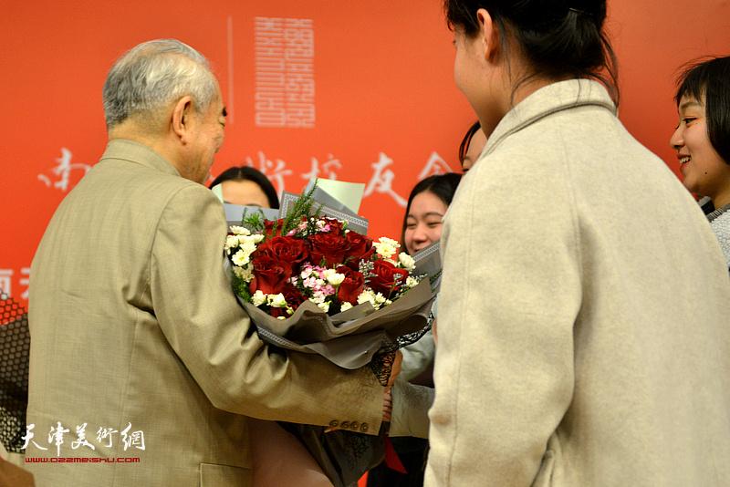 南开学子向范曾先生献花。
