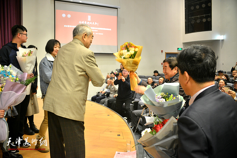 范曾先生将献花送给陈洪。