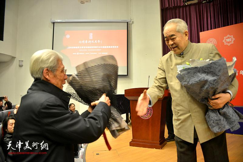 范曾先生将献花送给杨德树教授。