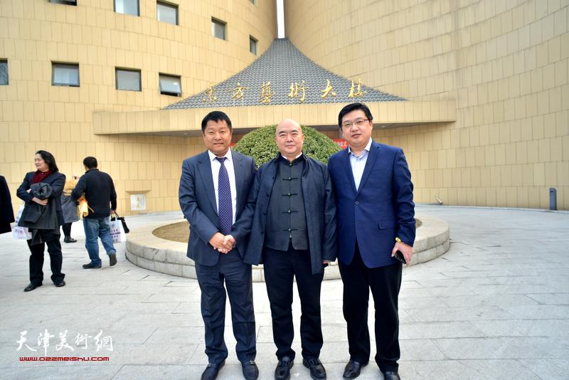 左起:周文起、尹沧海、王存国在东方艺术大楼前。