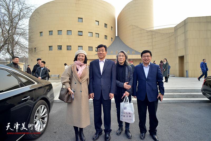 左起:王红、、赵均、王存国在东方艺术大楼前。