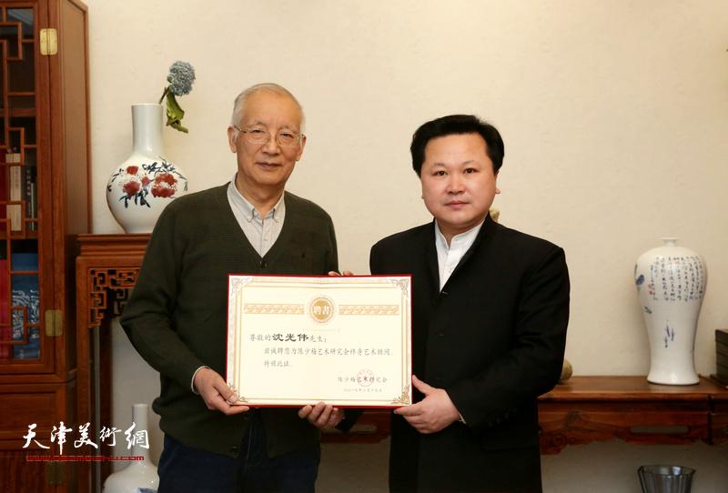 沈光伟先生受邀请担任陈少梅艺术研究会终身艺术顾问,赵景宇先生为其颁发聘书。