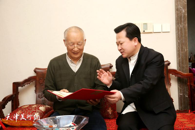 赵景宇先生与沈光伟先生在愉快地交流中