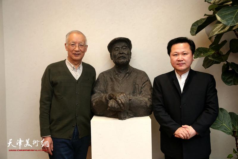 沈光伟先生与赵景宇先生在于希宁先生的铜像前合影留念