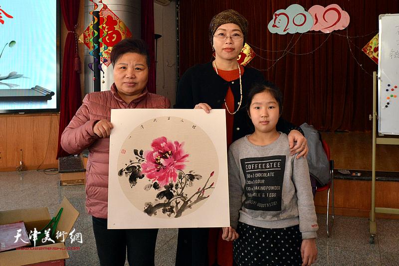 聂瑞辰与天津SOS儿童村的妈妈、孩子在现场。